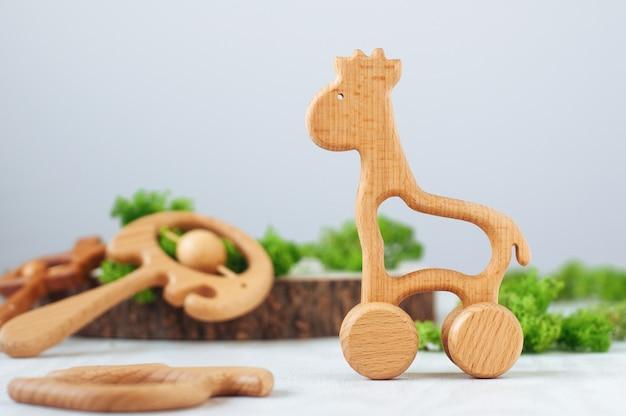 Houten biologische baby bijtring speelgoed giraf op lichte achtergrond