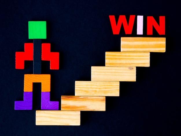 Houten blok in de vorm van menselijke stap op gestapeld houten blok als trappen om te winnen.