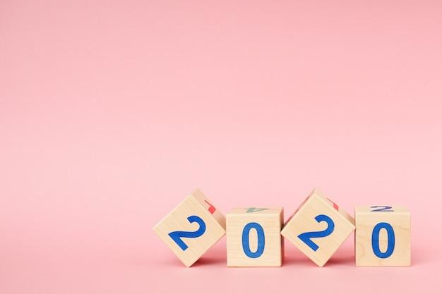 Houten blok kubus met nummer nieuw jaar 2020