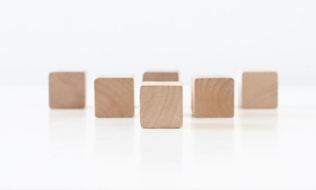 Houten blok kubus op witte achtergrond beslis en kies concept. kopieer ruimte.