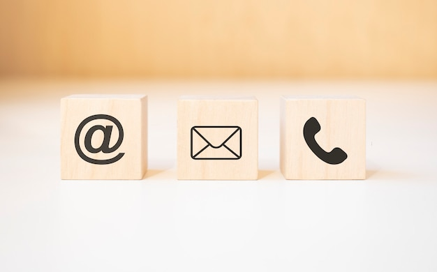 Houten blok kubus symbool telefoon, e-mail, adres. website pagina contact met ons op of e-mail marketing concept