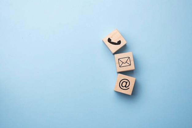 Houten blok kubus symbool telefoon, e-mail, adres