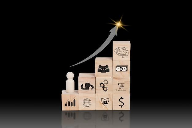 Houten blok met bedrijfsontwikkelingsconcept. het schikken van houten blokken met pictogram bedrijfsstrategie.