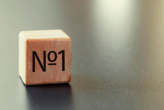 Houten blok met nr. 1 tekst