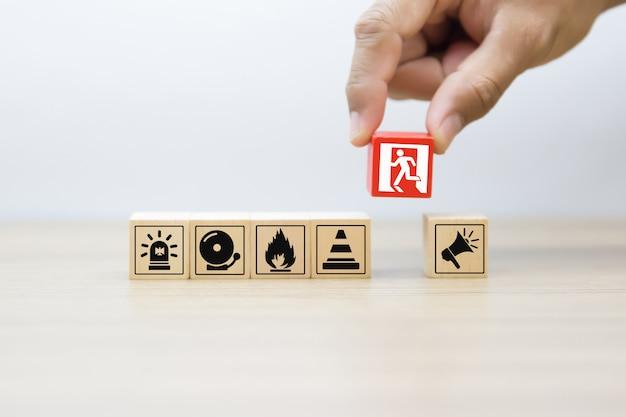 Houten blok met vuur en veiligheid pictogrammen