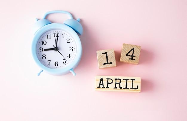 Houten blokjes met de datum van 14 april op oudroze.