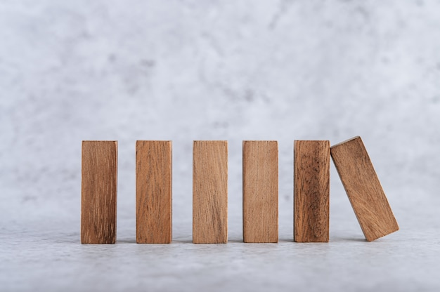 Houten blokken, gebruikt voor dominospellen.
