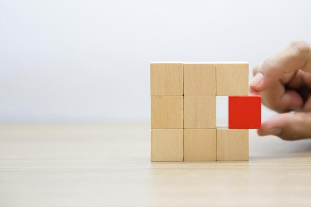 Houten blokken gestapeld in rechthoekige vormen zonder afbeeldingen.