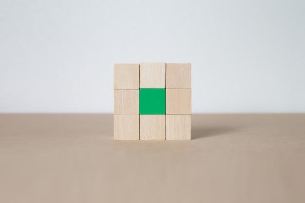 Houten blokken gestapeld in rechthoekige vormen