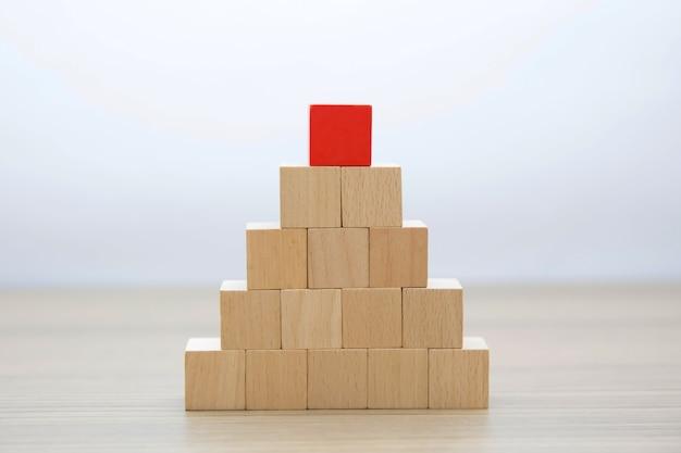 Houten blokken gestapeld intro piramide vorm