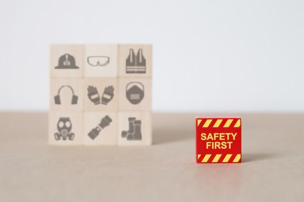 Houten blokken gestapeld met brand en veiligheid pictogrammen.