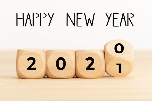 Houten blokken met 2020 en 2021, en gelukkig nieuwjaar