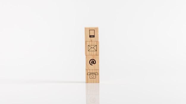 Houten blokken met communicatiemiddelen pictogrammen tegen witte achtergrond.