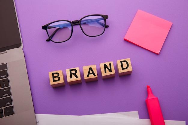 Houten blokken met het merk-woord als managementconcept.