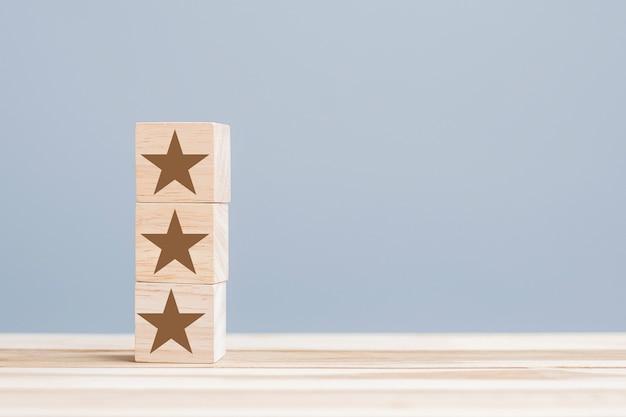 Houten blokken met het stersymbool. klantrecensies, feedback, beoordeling, rangschikking en serviceconcept.