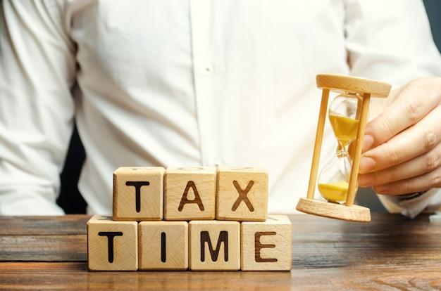 Houten blokken met het woord belastingtijd
