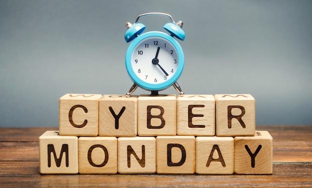 Houten blokken met het woord cyber maandag en klok. online retailsegment