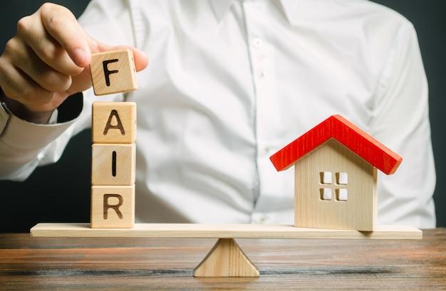 Houten blokken met het woord fair en huis