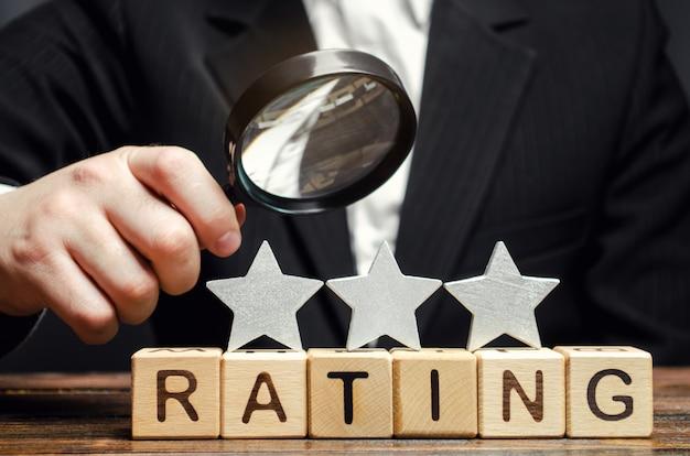 Houten blokken met het woord rating