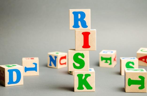 Houten blokken met het woord risico