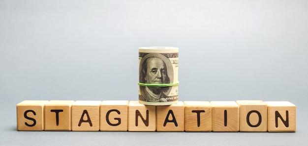 Houten blokken met het woord stagnation