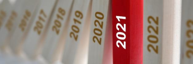Houten blokken met jaren die sinds 2021 in het rood staan.