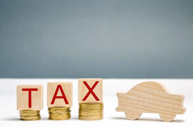 Houten blokken met munten en het woord belasting en houten auto. het concept van groeipercentages op auto's.