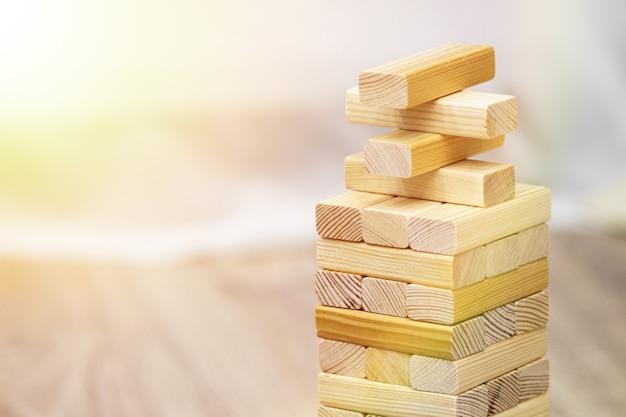 Houten blokken stapelen spel met exemplaarruimte, achtergrond. concept van onderwijs, risico, ontwikkeling en groei.