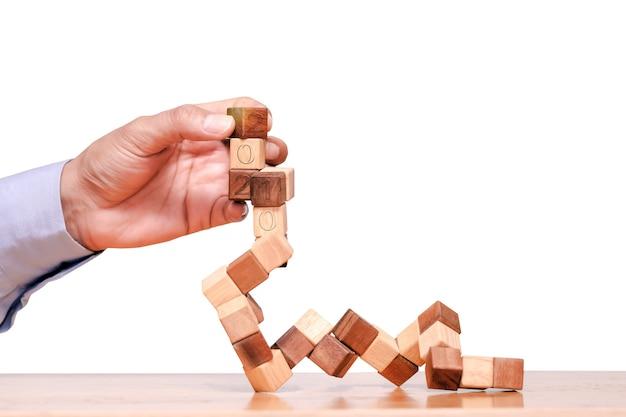 Houten blokken toren spel. planning, strategie en risico voor zaken en financiën.