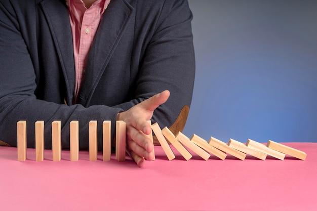 Houten blokken vallen vertegenwoordigen economie