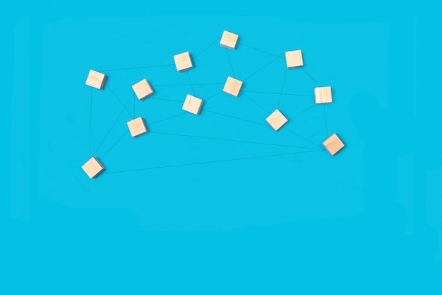 Houten blokken verenigd door lijnen op een blauwe achtergrond