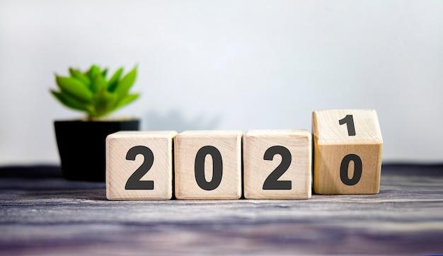 Houten blokken voor wisseljaar 2020 tot 2021. nieuwjaar en vakantieconcept.