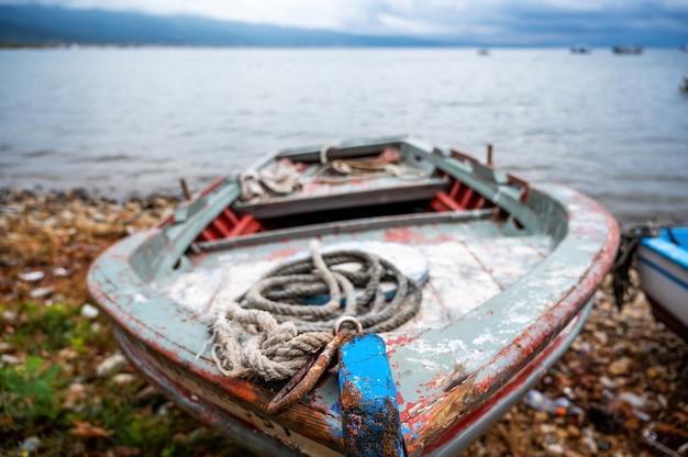 Houten boot gestrand aan de oever van de egeïsche zee, stavros, griekenland