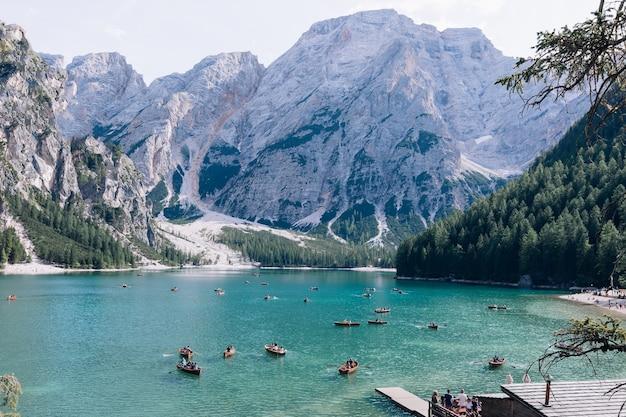 Houten boot met toeristen op lago di braies