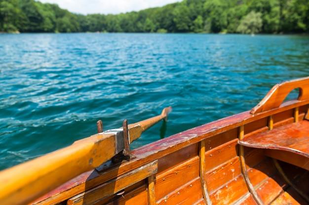 Houten boot op het meer
