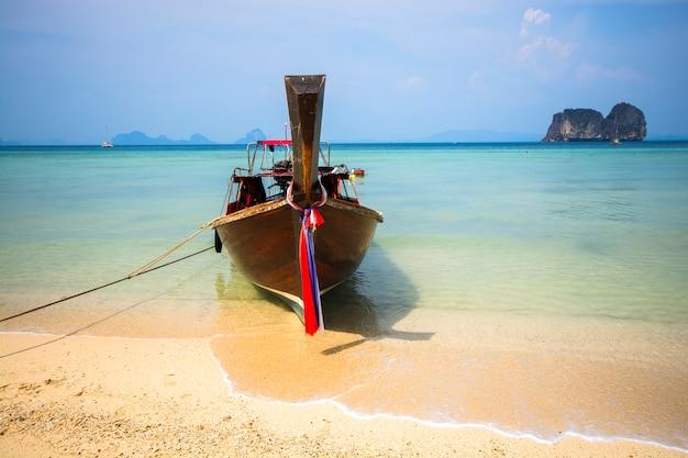 Houten boot op het strand