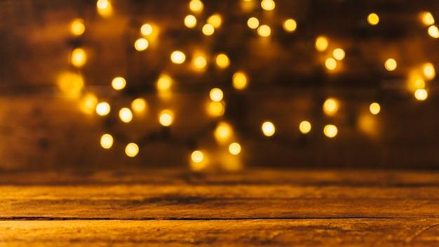 Houten bord in de buurt van kerstverlichting