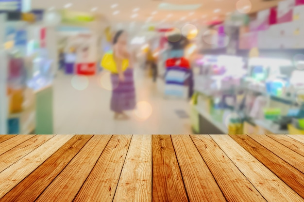 Houten bord lege tafel voor wazige achtergrond. perspectief licht hout over vervagen in supermarkt - kan worden gebruikt voor het weergeven of montage van uw producten. mock up voor het weergeven van het product.
