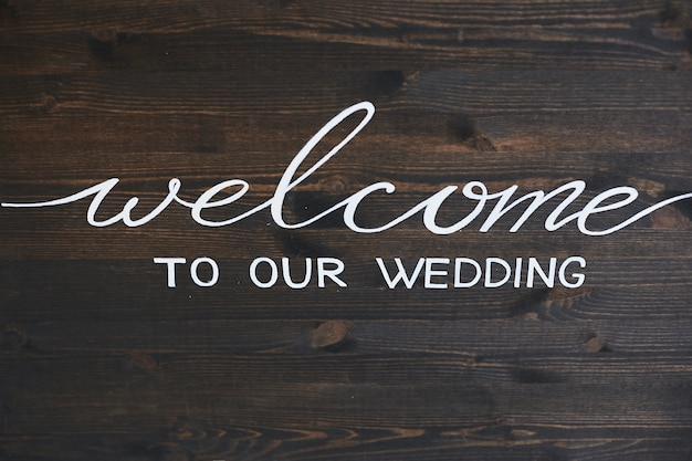 Houten bord met de inscriptie welkom op onze bruiloft