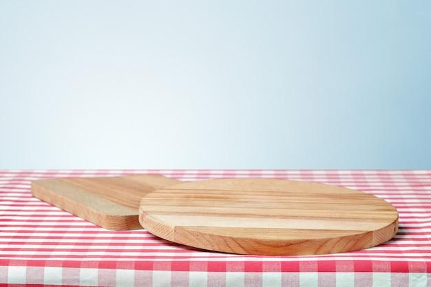 Houten bord met een servet op een tafel