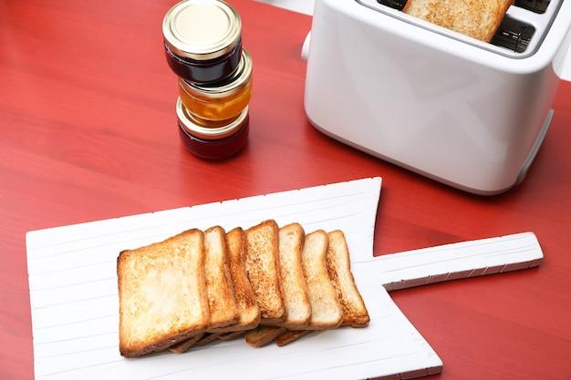 Houten bord met geroosterd brood op tafel