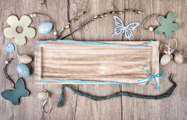 Houten bord op hout achtergrond met lente decodations