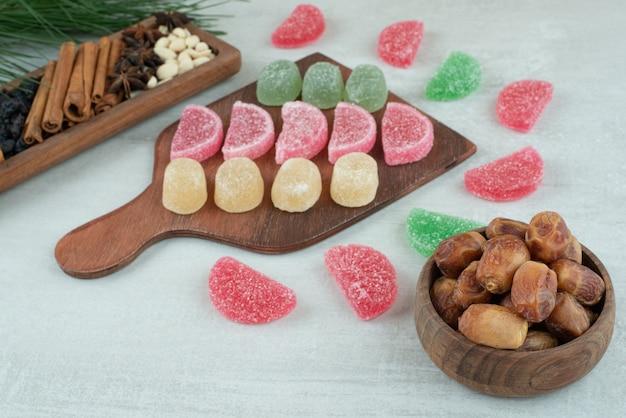 Houten bord vol met suiker marmelade op witte achtergrond. hoge kwaliteit foto
