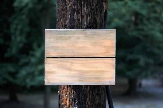 Houten bordje aan de boom