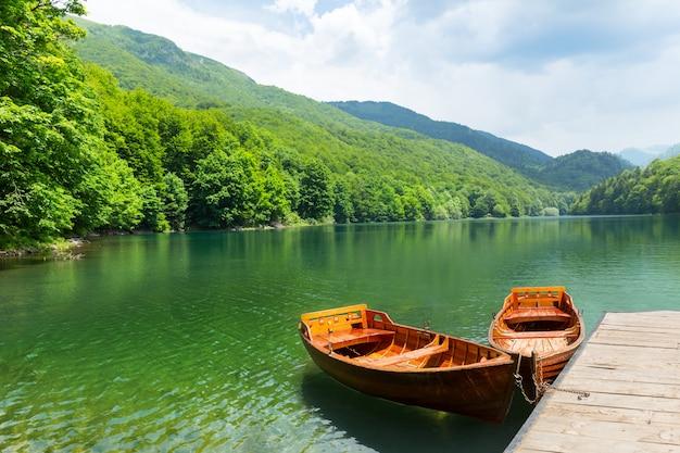 Houten boten bij pier op bergmeer
