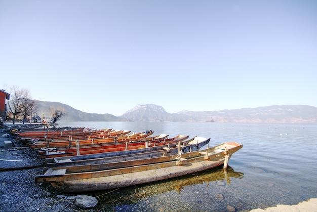 Houten boten geparkeerd op de kust