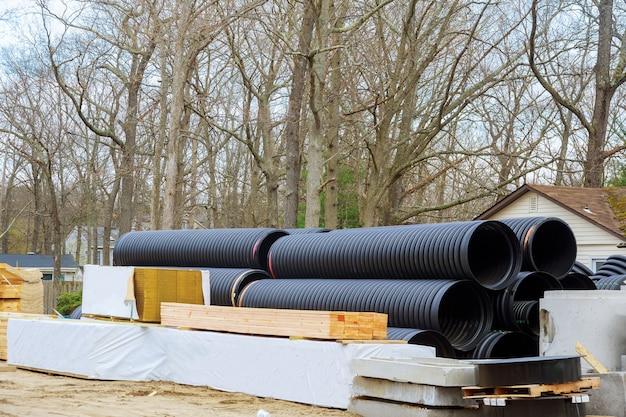 Houten bouwmaterialen stapel planken houten frame balk constructie op kunststof pvc buizen gestapeld