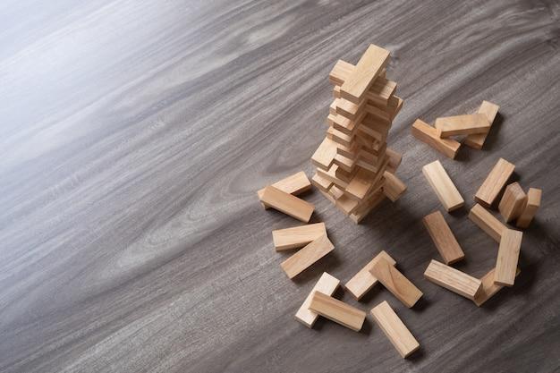 Houten bouwstenstoren op houten hoogste mening als achtergrond met exemplaarruimte.