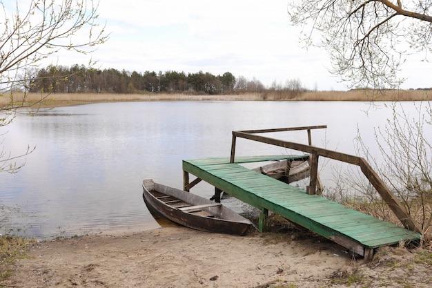 Houten brug aan het meer