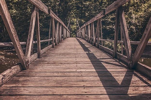 Houten brug boven de rivier